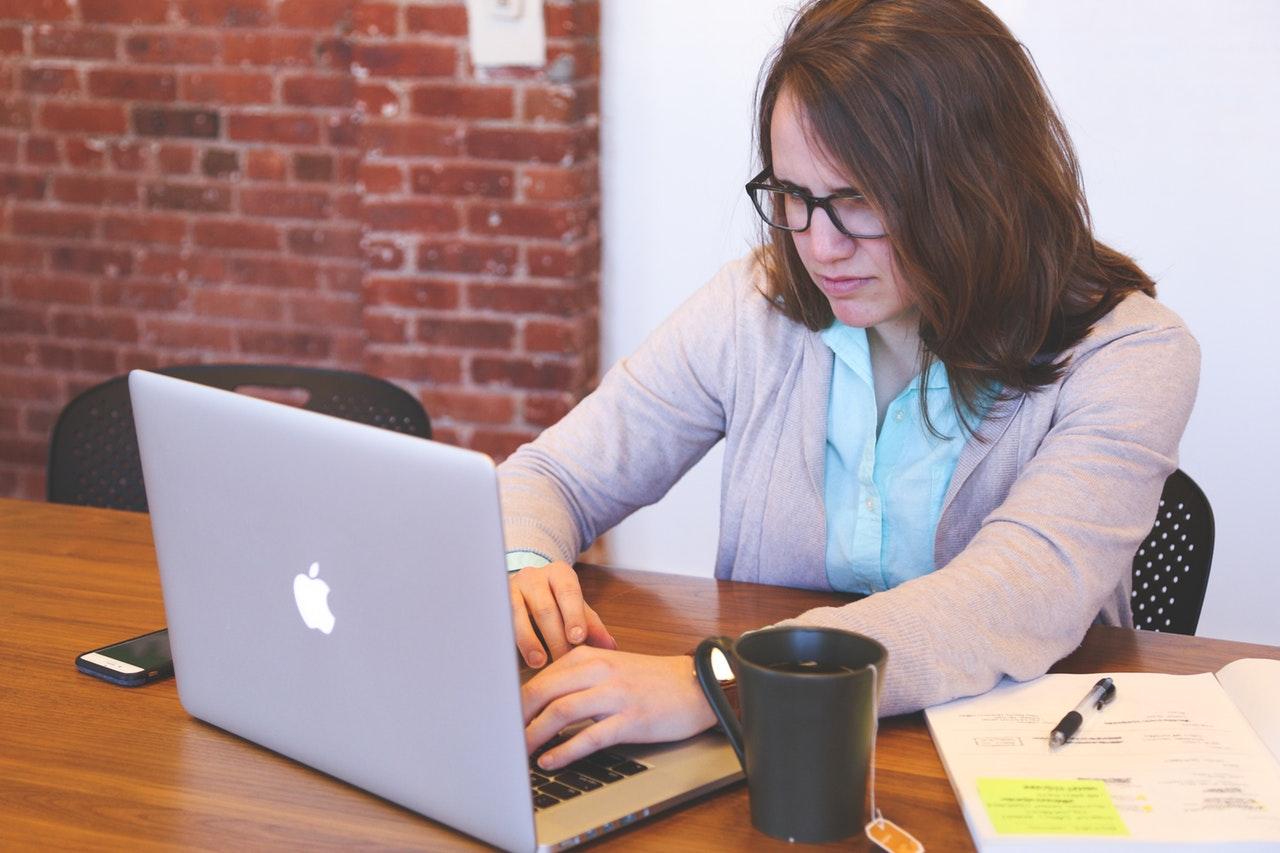 stresset og leder efter lån online